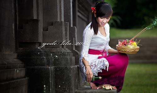 Perempuan Bali sedang melaksanakan salah satu dari Yadnya